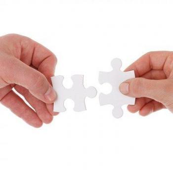 Die Hand reichen und zusammen Arbeiten.