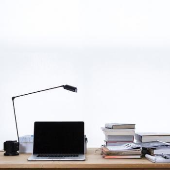 Schreibtisch, Chaos ohne Struktur. Die 7 Verschwendungsarten anwenden.